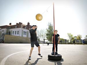 Filip Fahlén och Johannes Edman spelar en match i Smashball.
