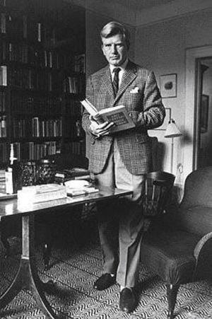 """Jolo i sitt bibliotek i hemma på Lidingö. I sina händer håller han Leo Trotskijs bok """"Mitt Liv"""". Klädd så här var han en stilikon för många.Foto: Gösta Glase"""