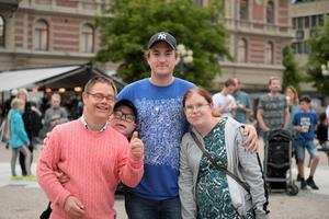 Lasse Wikström, Calle Högberg, Jonas Åström och Birgitta Ylivanino trivdes på torget under tisdagskvällen.