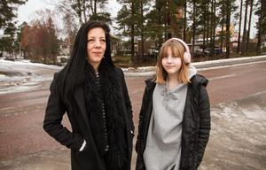 Inte bara barn korsar Verkstadsskolevägen, från Enbergsgatan över till Mårdgränd, berättar Chatarina och Twiggi Sandberg.