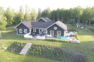 Enplansvilla byggd 2014, utsikt mot Runn, garage samt carport, nära till Borlänge båtklubb. Foto: Fastighetsbyrån Borlänge