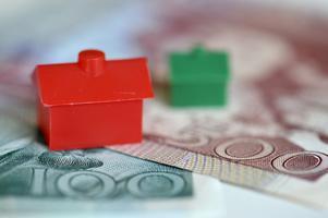 En återinförd fastighetsskatt skulle slå hårt mot vanliga husägare och bostadsrättsinnehavare i hela Sverige med skattehöjningar på tio tusentals kronor varje år, skriver debattförfattaren.