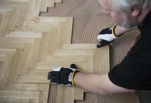 Arbetsförmedlingen rekommenderar att man utbildar sig till exempelvis golvläggare, där det finns gott om jobb. Foto: Fredrik Sandberg / TT