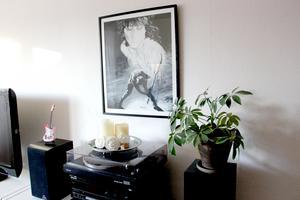 Ovanför skivspelaren hänger en tavla av Gävlebon Kent Sköld.