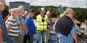 Christer Westergren, byggledare för slussprojektet, berättar för de första besökarna om vad som är på gång längs kanalen i centrum.