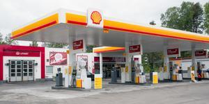 10 000 liter bensin läckte ut på Shell på måndagen. Området var avspärrat i flera timmar.