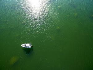 Här ligger Anders Jonsson med sin motorbåt på platsen för en av de saknade prickarna. Enligt sjökortet är djupet här mindre än tre meter och farleden är trång och botten är full av större stenar.