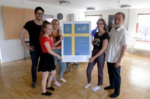 David Gisselman och Anders Bergman från 5i12-rörelsen delar ut priset som mottas av eleverna Annie Lord, Thea Spjuth och Meja Sörlin.