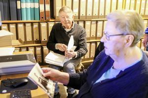 Håkan Larsson och Anita Berglund är två av de föreningsmedlemmar som spenderar varje torsdag med att leta fram och digitalisera fotografier från Östersunds historia.