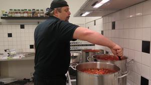 Johan kokar salsa i stora kastruller.