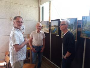 Från vänster konstnären Roger Larsson med de två intresserade av Dalälvsmotiven Nils-Erik Karlsson, Tierp och Lars Melin, Nöttö.