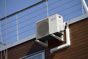 En luftvärmepump kan både värma och kyla.
