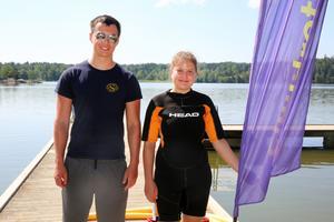 Handledaren Noah Blommé och simläraren Elin Nano hoppas att värmeböljan ska locka fler badsugna barn till simskolan kommande vecka.