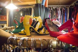 Tjusiga klackskor, handväskor och klänningar i mängder. Här finns mycket smått och gott för en vintagejägare.