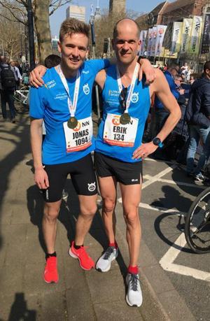 Jonas Nilsson och Erik Anfält var mycket nöjd med sina prestationer i Rotterdam marathon och firade tillsammans efteråt.