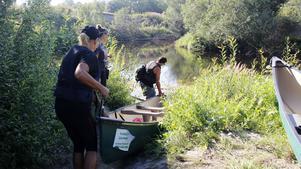 Lena Hedman och Sterner Andersson bär ner kanoten till den provisoriska startplatsen cirka.