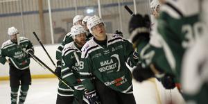Sala Hockeys Simon Gunnarsson gratuleras efter ett av sina mål.