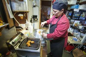 I nästan tio år har Kawan Gunnarsson lagat mat i restaurangvagnen utanför Ica maxi i Hemlingby.