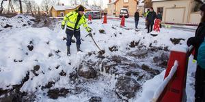 Arkeologen Mathias Bäck berättar för nyfikna besökare hur de gräver och vad de har hittat på Öster.