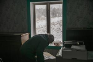 – Här nånstans ska det vara. Tycko letar bland kartongerna och hittar till slut kaffeservisen från skidtävlingen i Valsjöbyn.