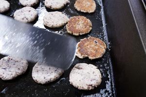 Det fräser om de vegetariska Kidneybönbiffar som lagas på stekbordet. De gör all mat från grunden, utom pannkakor.