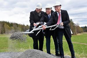 Richard Högström, kommunchef Åre kommun, och landshövding Jöran Hägglund talade samt tog det första spadtaget tillsammans med Fredrik Meuller till höger som är vd för Nord-lock Group.