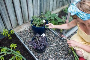 Att få påta i trädgården ger Linda energi.