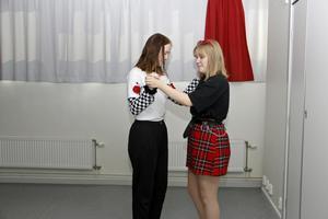 Anna Hultqvist och Molly Gustafsson passade på att finslipa dansandet inför Hogwarts julbal.