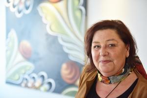 Britta Nilsson, som driver Britta i Dalarna, fick äran att göra konstverket du ser här bakom hennes rygg.
