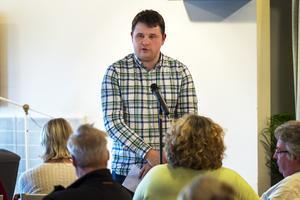 Niklas Säwén (S), ordförande i socialnämnden vid ett möte på Allégården tidigare i år.