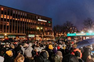 Loreen på Stora torget under Musikhjälpen på lördagseftermiddagen. Då var det fullproppat med folk. Foto: Martin Bohm