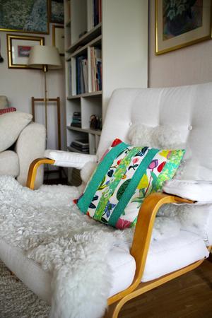 Fåtöljerna i vardagsrummet är Bruno Mathssons