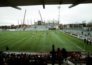 Konstgräset är på plats och nya norra läktaren håller på att byggas. Forward spelar mot ÖSK i en försäsongsmatch i februari 2003. Fotograf: Håkan Ekebacke/NA