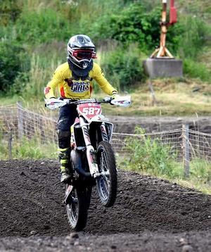 Tyra Bäckström gjorde i helgen återigen en stark insats i klassen 85 Girls i ungdoms-SM i motocross. Foto: Privat