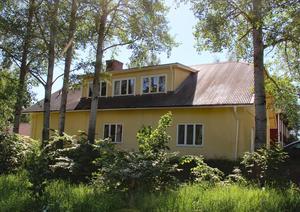 Gula villan på Hushagen ska byggas om till bostadsfastighet med fyra lägenheter.