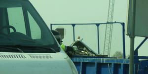 Här syns en av männen när han kastar säckar på en återvinningscentral i Arboga.