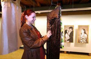 Julia Eriksson med sina fyra klänningar på temat vår.
