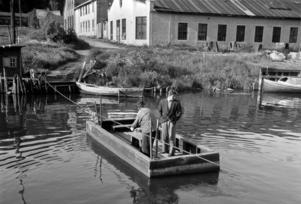Fotograferat cirka 1945-1950, en liten färja på cirka 1,5x3 m trafikerade övergången mellan norra och södra sidan av Selångersån, där nu Sporthallsbron ligger. Bild: Curt Assarsson/Sundsvalls Museum