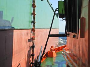 """När lotsarna ska köra ett fartyg i land klättrar de ombord med hjälp av en """"repstege"""". Foto: Privat"""