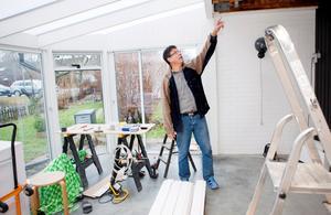 """För tillfället håller Kjell Andersson på att bygga en inglasad altan. """"Det ska bli skönt att sitta här i sommar"""", säger han och tillägger att han naturligtvis har ansökt om bygglov."""