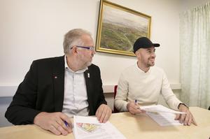 Andreas Ferm, vd, och kommunalrådet Peter Bergman (S) har skrivit under köpeavtalet och nu ska Inkluderande Fastigheter bygga lägenheter.
