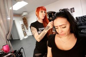 Penny Meijer har haft hårförlängningssalong i många år i Borlänge. Nu flyttar hon sin verksamhet till nya Red rock i Falun. Här ser vi henne i arbete med kunden Erika Lindgren från Falun.