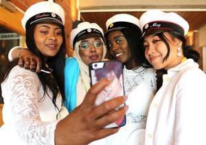 Tsigehana Haile, Hodan Farah, Breenata James och Jue May förenas i en studentselfie.