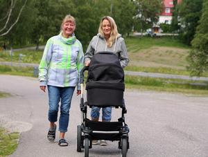 På promenad, mamma Inger Nyholm, dottern Sandra Sjölander och nyfödde Oliwer.