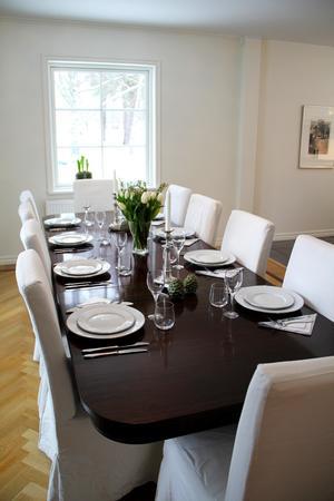 Bordet stod i lägenheten på Östermalm när de köpte den. Har flera iläggsskivor för stora sällskap. Sofia och Johan hade 24 stycken sittande gäster på julafton.
