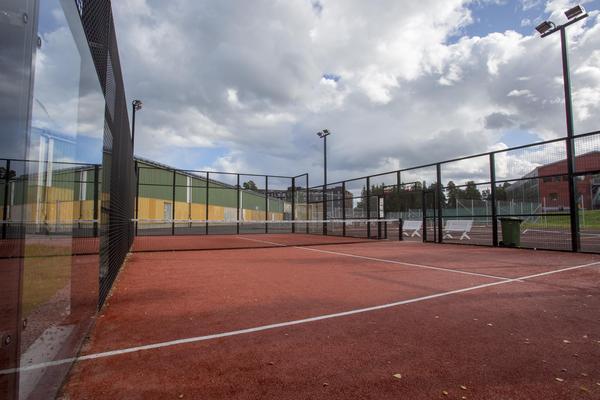 Hos Gävle Tennisklubb finns en utomhusbana bredvid tennisbanorna.