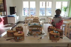 En förskoleinvigning är ingen liten sak, på Cykelskogen passade man på att fira med tårtor – en som föreställde själva förskolebyggnaden och så sex mindre tårtor som symboliserade förskolans sex avdelningar.