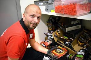 Efter omfattande stölder berättar Olle Altin på Willys att de numera har snabbkaffet i ett rum bredvid kassorna.