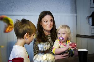 Hanna Jonsson tillsammans med barnen Filip och Alice.