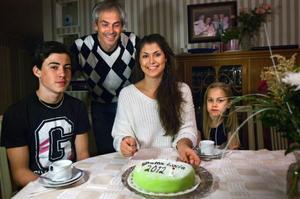 Dags att skära luciatårtan! Josephine Liljenberg håller i tårtspaden omgiven av sin bror Simon Liljenberg, pappa Joakim Olsson och lillasyster Alexandra Liljenberg. Mamma Ingrid saknas på bilden.